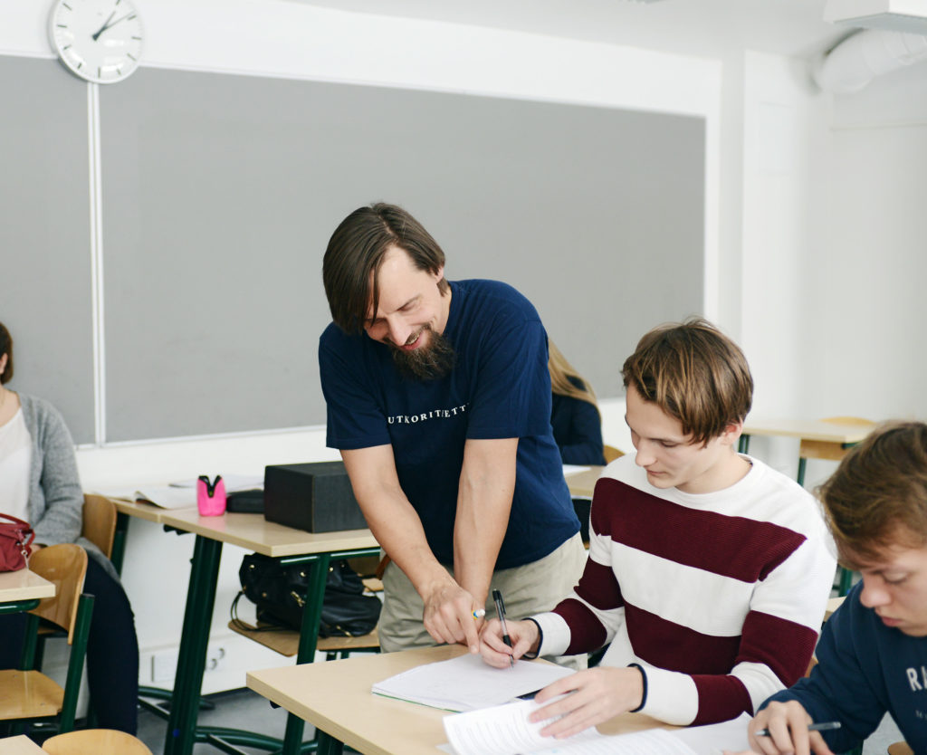 Opetusta lukiossa, opettaja ohjaa oppilaita luokassa