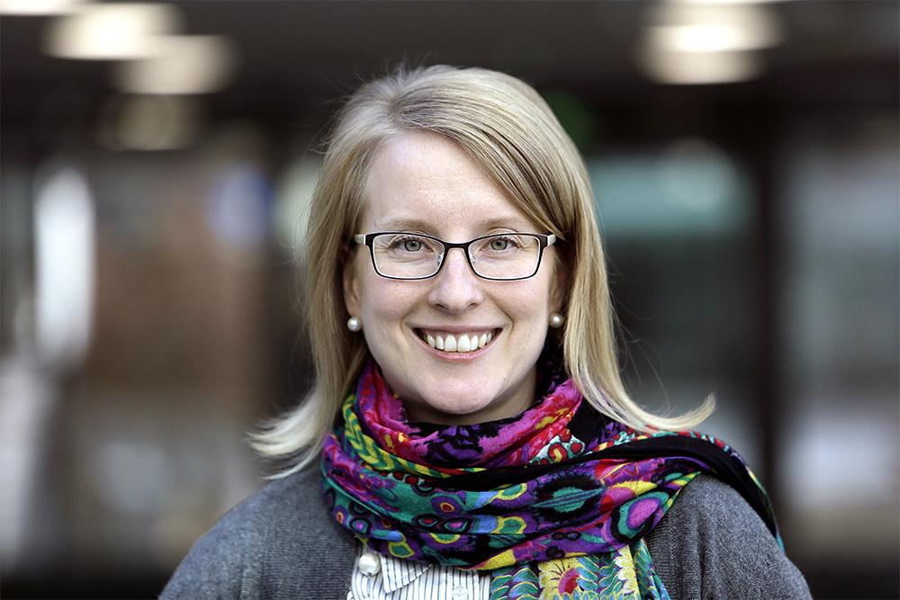 Valokuvassa Anu Tuovinen, joka toimii johtavana asiantuntijana Akavassa
