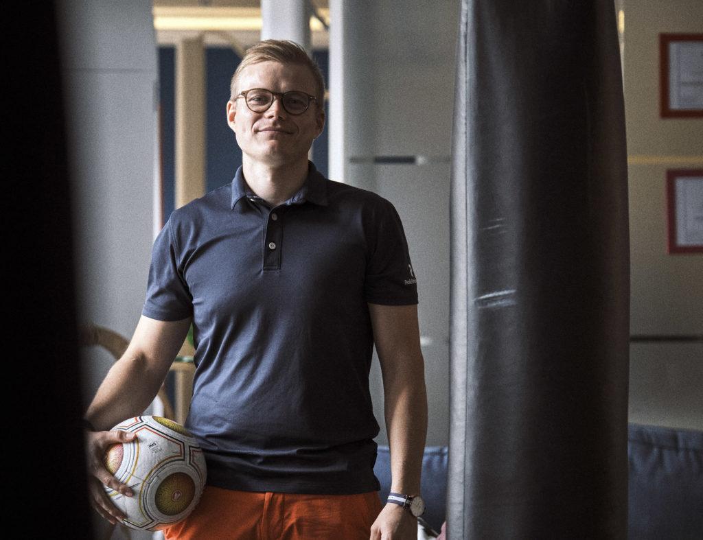 Tavoitellaan kokonaisonnellisuutta, pidetään työ ja muu elämä kunnossa, eikä tulosta revitä selkänahasta, Kasper Pöyry korostaa.
