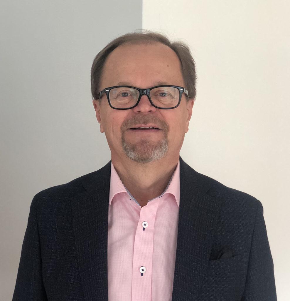 Kuvassa juristi Heikki Sirve, joka toimii hallitustehtävissä, konsulttina ja mentorina.