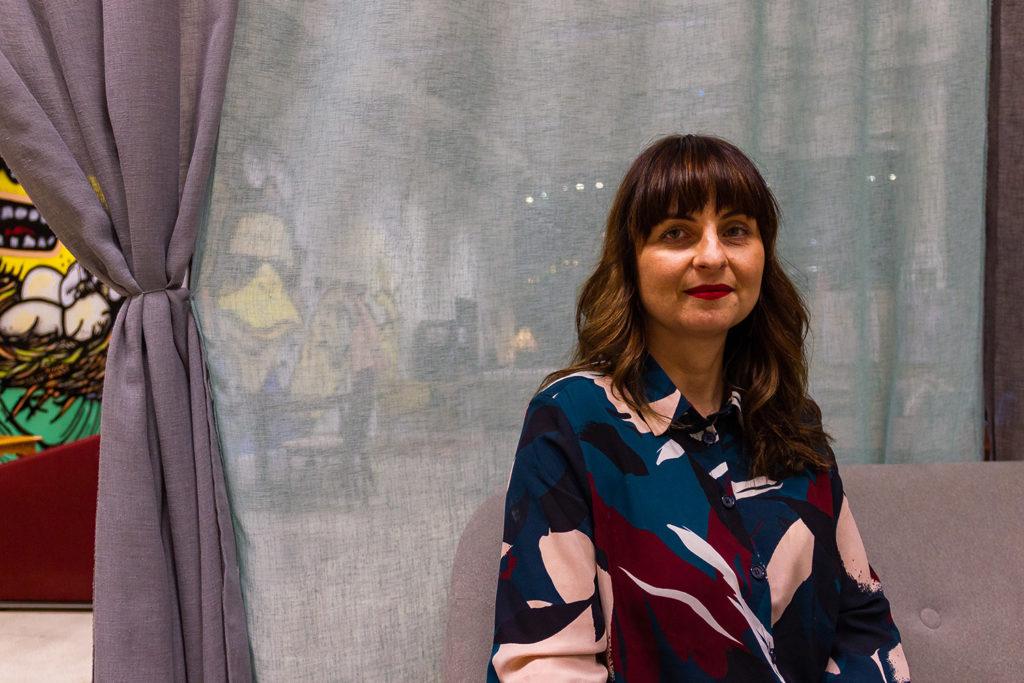 Kuvassa Flow Festivalin tuotantopäällikkö Emilia Mikkola. Hän on kulttuurituotannon maisteri.