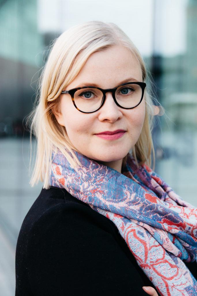 Kuvassa Yhteiskunta-alan korkeakoulutetut YKAn palvelujohtaja Maria Teikari