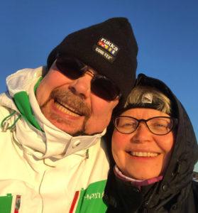 Kuvassa Päivi Eskola yhdessä miehensä kanssa. Haastattelimme Päivi Eskolaa artikkeliimme liikunnasta ja työkunnosta.