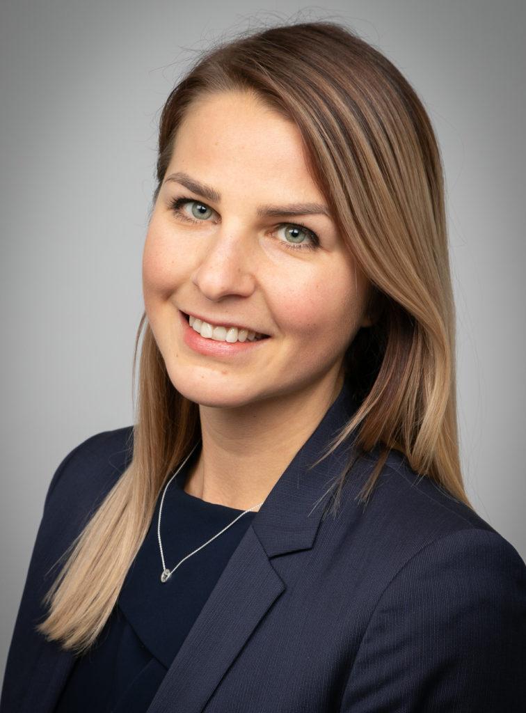 Kuvassa Tekniikan Akateemisten työelämäasiantuntija, lakimies Anna Mäki-Jokela. Hän korostaa, että erosopimuksen vaikutukset ulottuvat pidemmälle kuin vain työsuhteen päättämiseen.