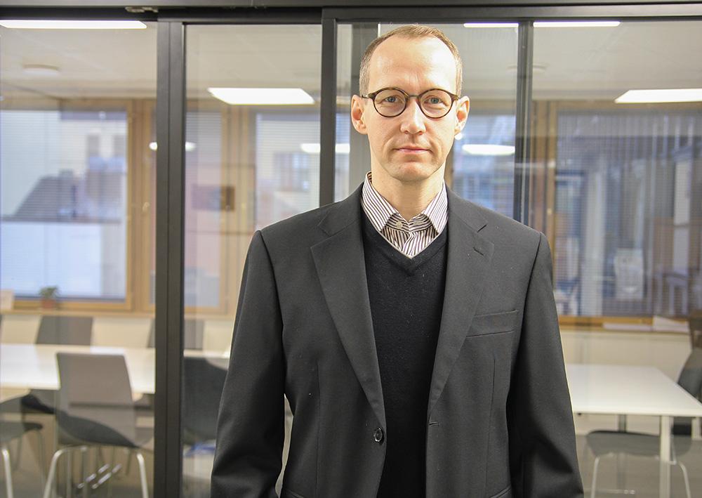 Kuvassa Yhteiskunta-alan korkeakoulutettujen lakimies Jukka Nohteri joka kommentoi erosopimuksia. Hän muistuttaa, että erosopimus on kokonaisuus.