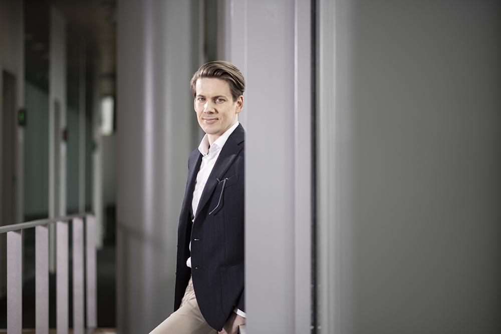 Kuvassa Mikko Leskelä joka pitää humanistien osaamista ja eri alojen osaajien yhteistyötä tärkeänä liike-elämässä.