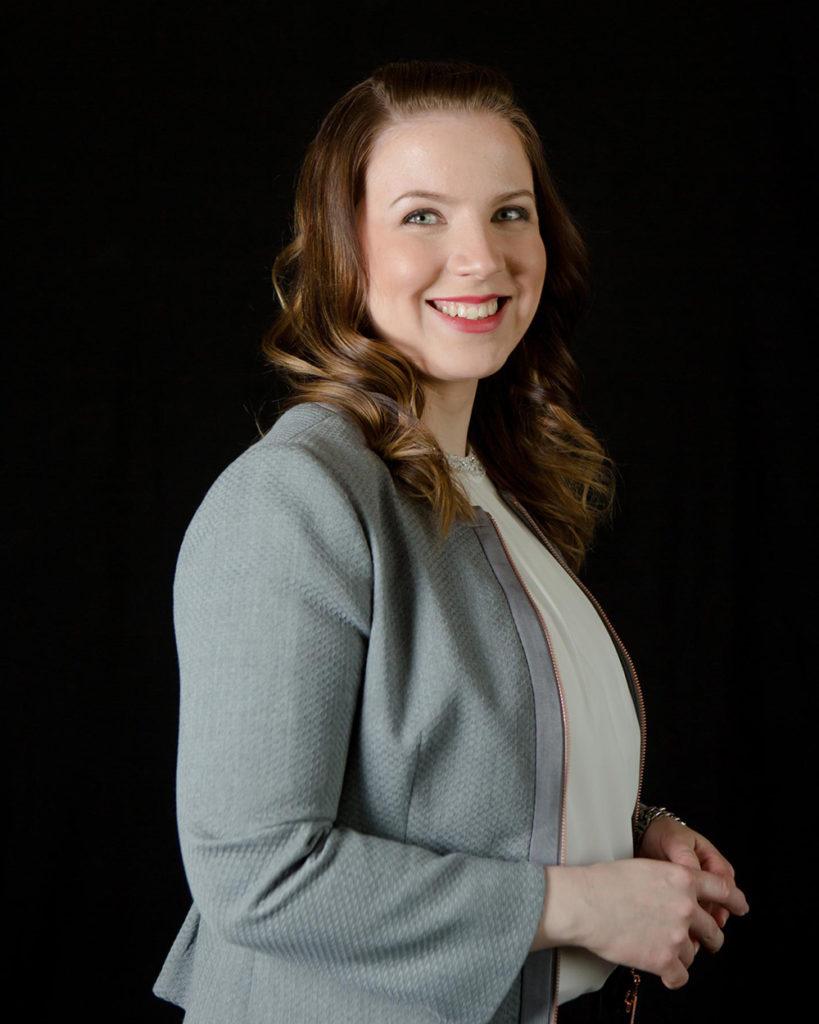 Suomen Ekonomien työsuhdejuristi Sarianna Heiska neuvoo ensin pyytämään sopimusluonnoksen itselleen sekä pyytämään riittävästi harkinta-aikaa ja ottamaan yhteyttä oman liiton lakineuvontaan.