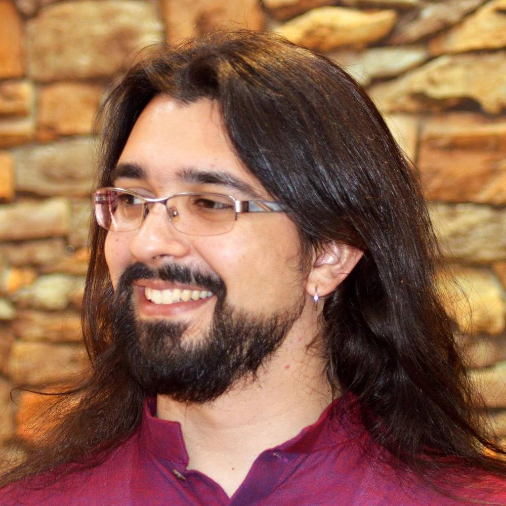 Kuvassa IBM:llä konsulttina työskentelevä Danilo Laurindo Pinto, joka kuuluu IBM Suomen monimuotoisuustyöryhmään.